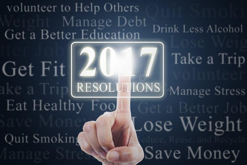 La main touche des résolutions avec les numéros 2017 photo libre de droits