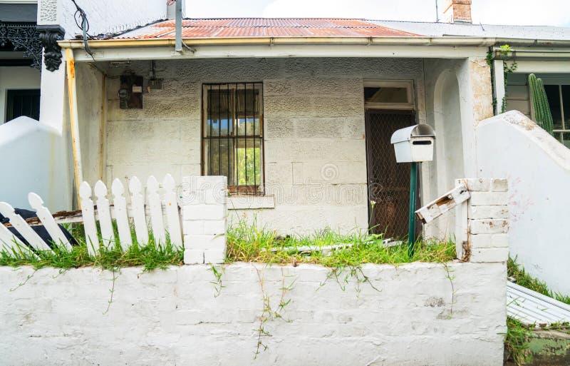 La maison abandonnée nécessitant le propriétaire font- images libres de droits