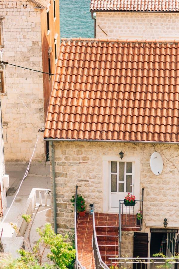 La maison avec le toit carrelé orange Chambres en Croatie et Monteneg photo libre de droits