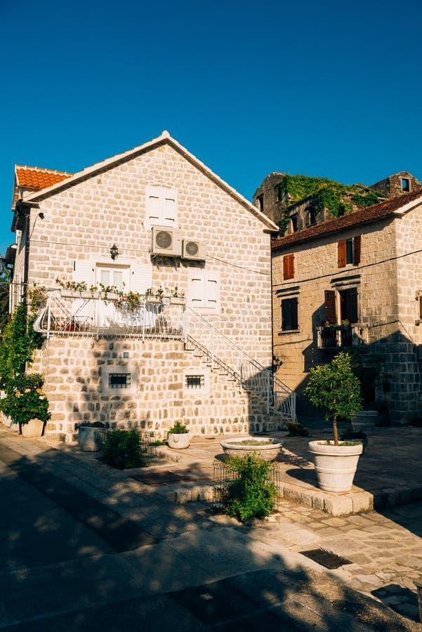 La maison avec le toit carrelé orange Chambres en Croatie et Monteneg photographie stock libre de droits