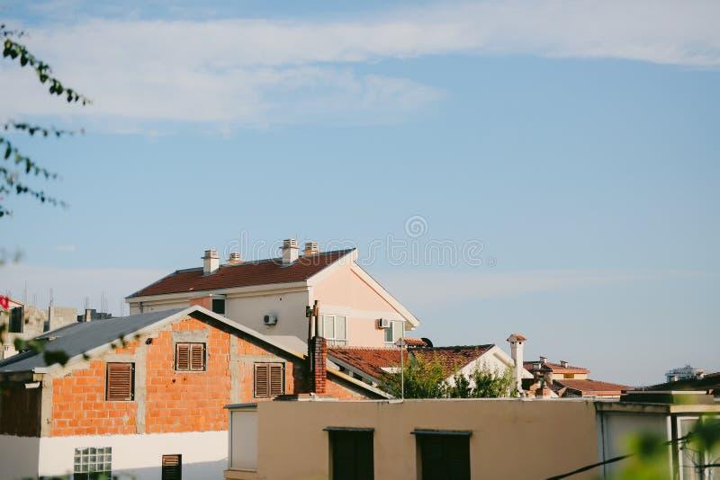 La maison avec le toit carrelé orange Chambres en Croatie et Monteneg photos stock
