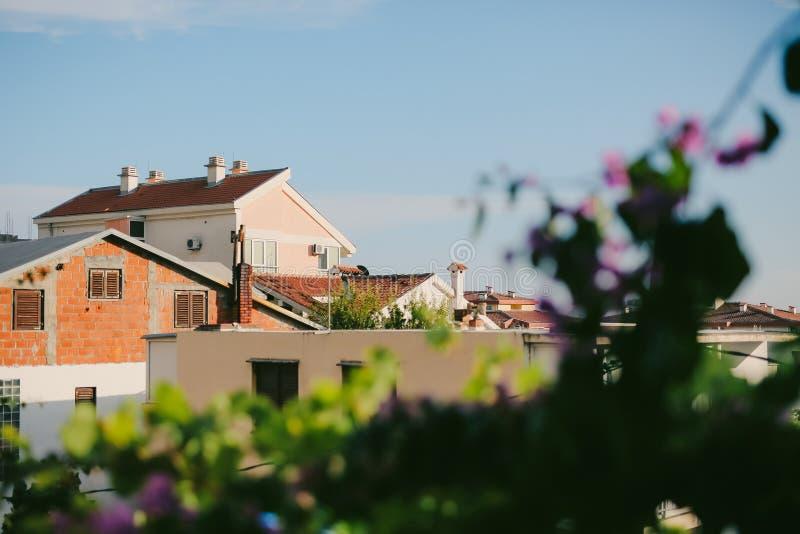 La maison avec le toit carrelé orange Chambres en Croatie et Monteneg photos libres de droits