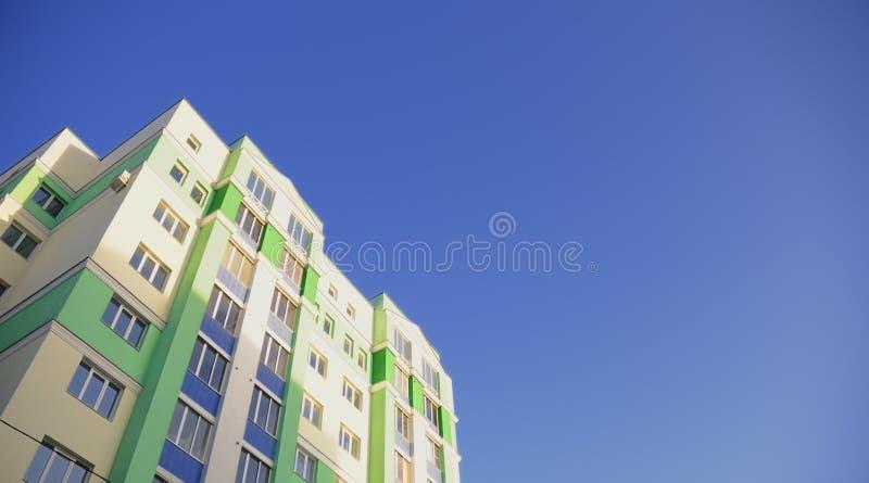 La maison beaucoup-storeyed contre le ciel bleu photo stock