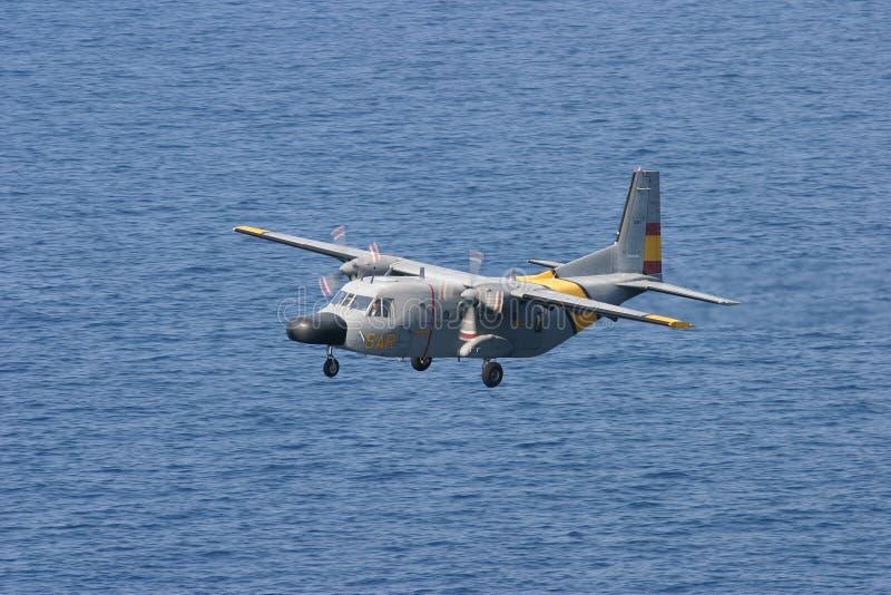La MAISON C-212 aviocar pendant la délivrance manoeuvre en vol image libre de droits