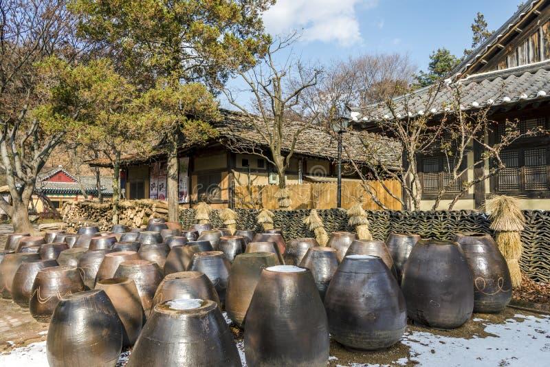 La maison coréenne traditionnelle avec des rangées de kimchi cogne à la cour photographie stock