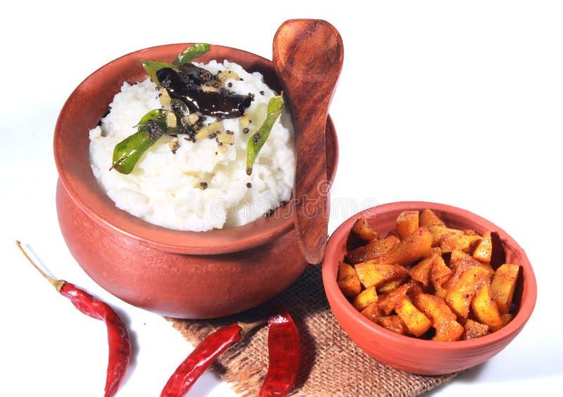 La maison délicieuse a fait le riz indien de lait caillé dans un pot d'argile avec la pomme de terre frite images libres de droits