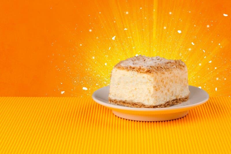 La maison de bon goût de scintillement a fait le gâteau avec le fond coloful image libre de droits