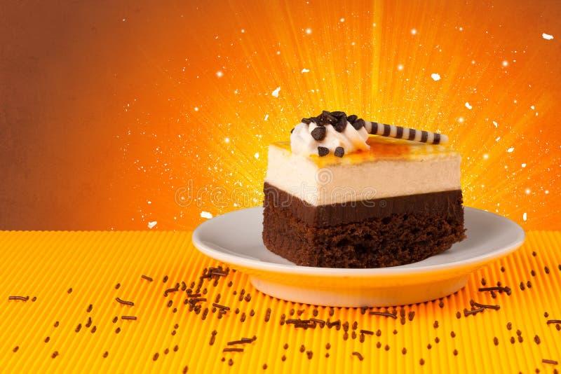 La maison de bon goût de scintillement a fait le gâteau avec le fond coloful image stock
