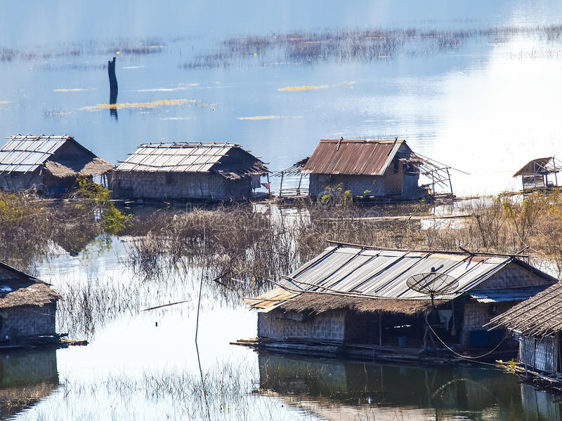 La maison de flottement transportant par radeau chez Kanchanaburi, Thaïlande photo libre de droits