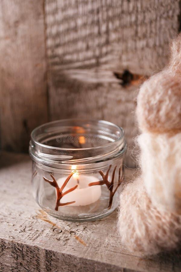 la maison de houx de décor de baies laisse à gui l'hiver neigeux de blanc d'arbre Intérieur rustique de Noël Style de décoration  image stock