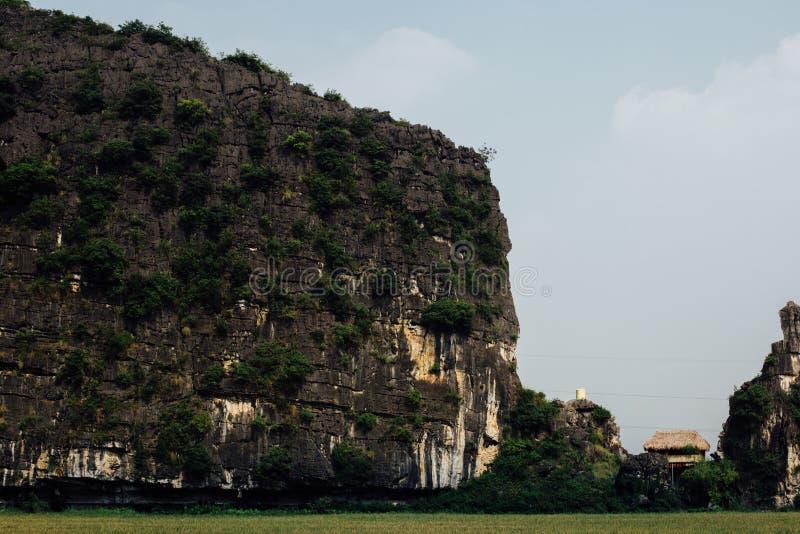 La maison de paille s'est dégradée hutte entre la falaise et le bâti de roche photos libres de droits