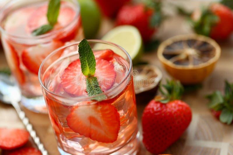 La maison de poinçon de fraise a fait le plan rapproché de cocktail photos stock