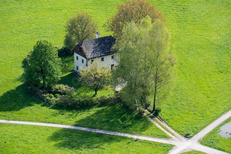La maison de vue aérienne sur la pelouse est située aux carrefours dans Salzbu image libre de droits