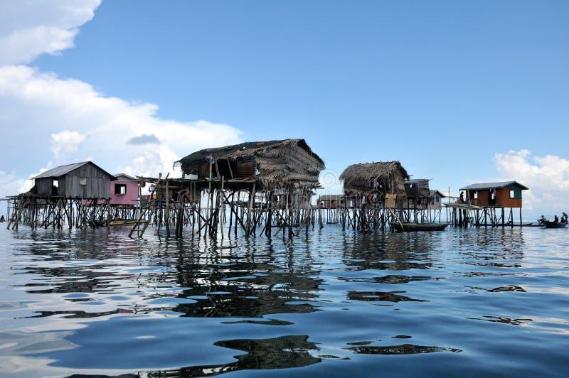 La maison du pêcheur de flottement de Bajau sur la mer photos libres de droits