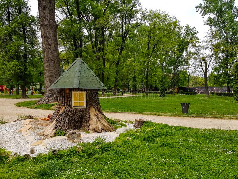 La maison en bois de beaux enfants en parc de ville photos libres de droits