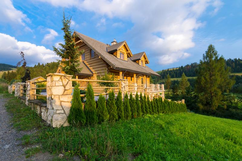 La maison en bois traditionnelle de montagne construite du bois ouvre une session l'été photographie stock libre de droits