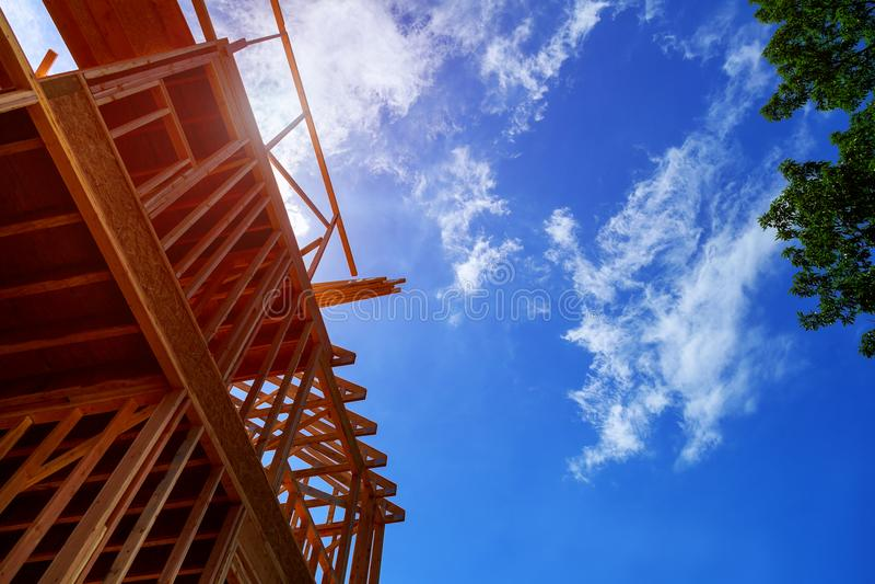 la maison en construction, encadrant obtient allante En construction à la maison neuf photographie stock libre de droits