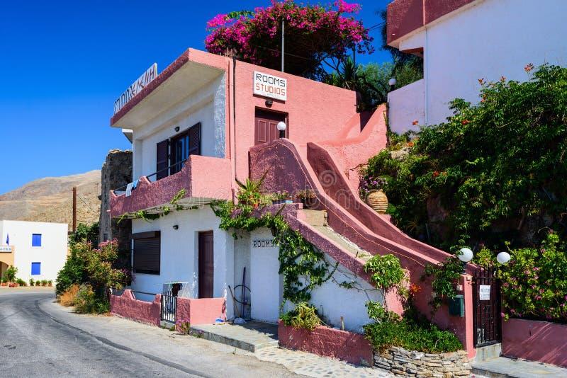 La maison en pierre grecque traditionnelle, décorée de la bouganvillée fleurit dans la ville de Chora Sfakion à l'île de Crète, G photographie stock libre de droits