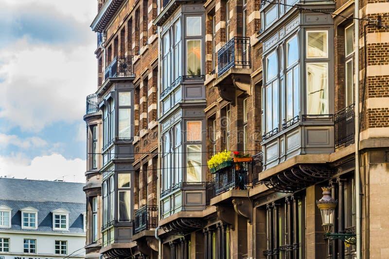 La maison européenne classique affronte dans la vieille partie de Bruxelles photo libre de droits
