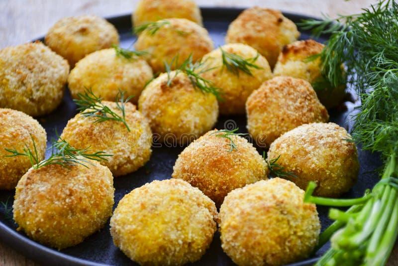 La maison a fait à riz la croquette italienne de style Arancini avec des poissons de Runa photos libres de droits