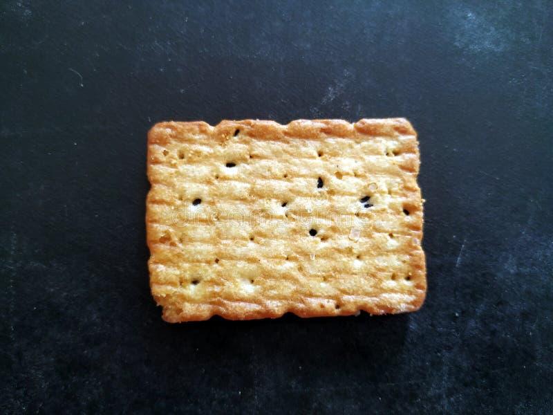 La maison a fait des biscuits d'isolement sur un fond noir photographie stock libre de droits