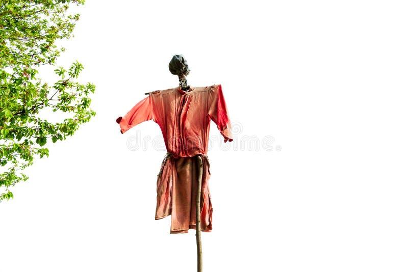 La maison a fait l'épouvantail dans le vent fait à partir de vieux vêtements rouges rugueux, avec une tête laide, vers le haut de images stock