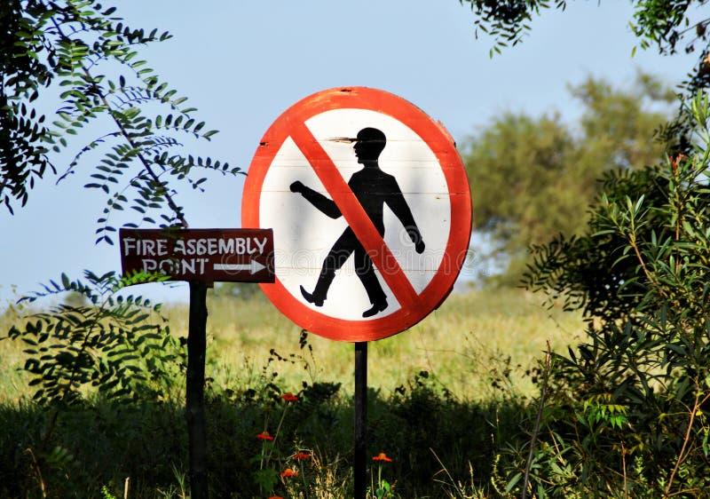 La maison a fait le signe de point d'Assemblée du feu, Kenya, Afrique images libres de droits