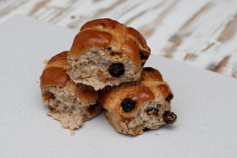 La maison a fait les petits pains croisés chauds image stock