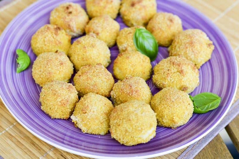 La maison a fait ? riz la croquette italienne de style Arancini avec des poissons de Runa photographie stock