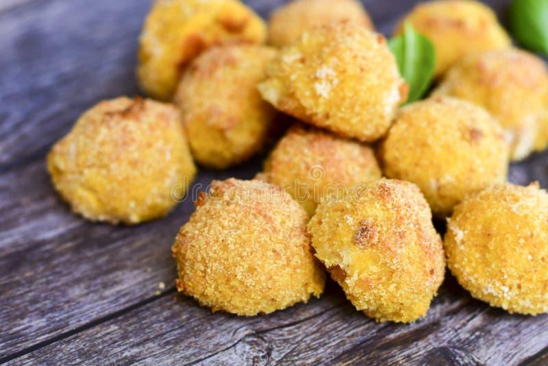 La maison a fait ? riz la croquette italienne de style Arancini avec des poissons de Runa photo stock