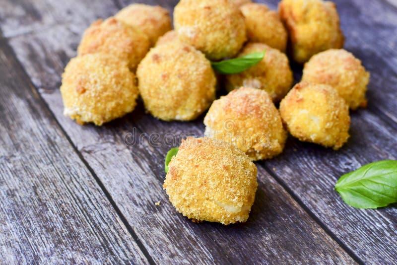 La maison a fait ? riz la croquette italienne de style Arancini avec des poissons de Runa images stock