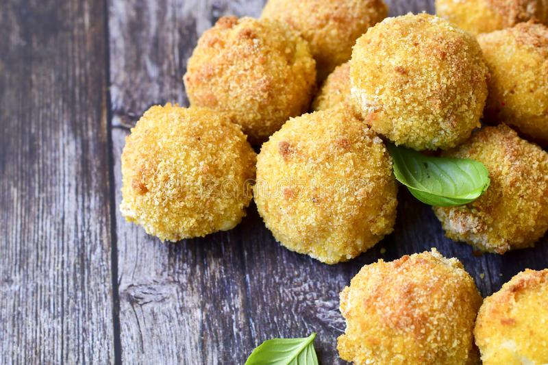 La maison a fait ? riz la croquette italienne de style Arancini avec des poissons de Runa image libre de droits