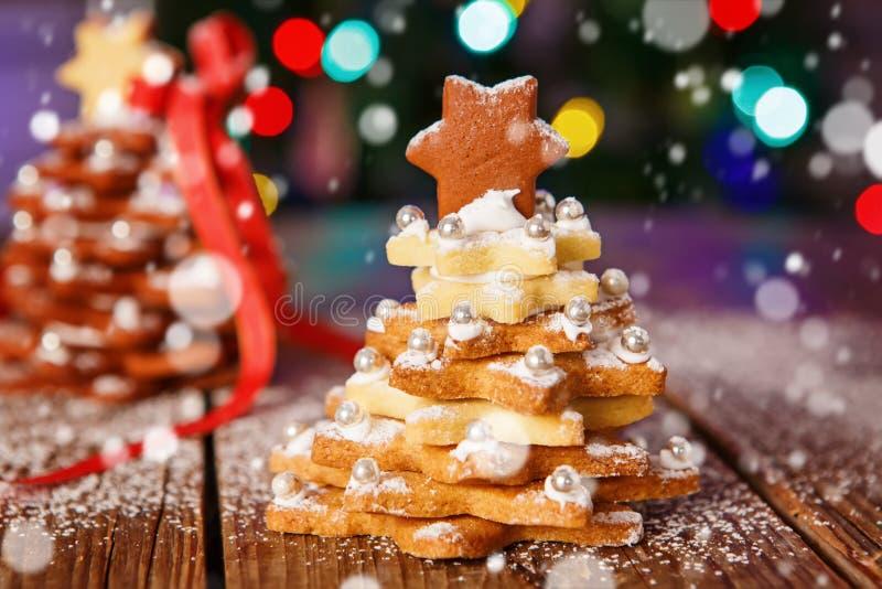 La maison faite a fait l'arbre cuire au four de pain d'épice de Noël comme cadeau image stock