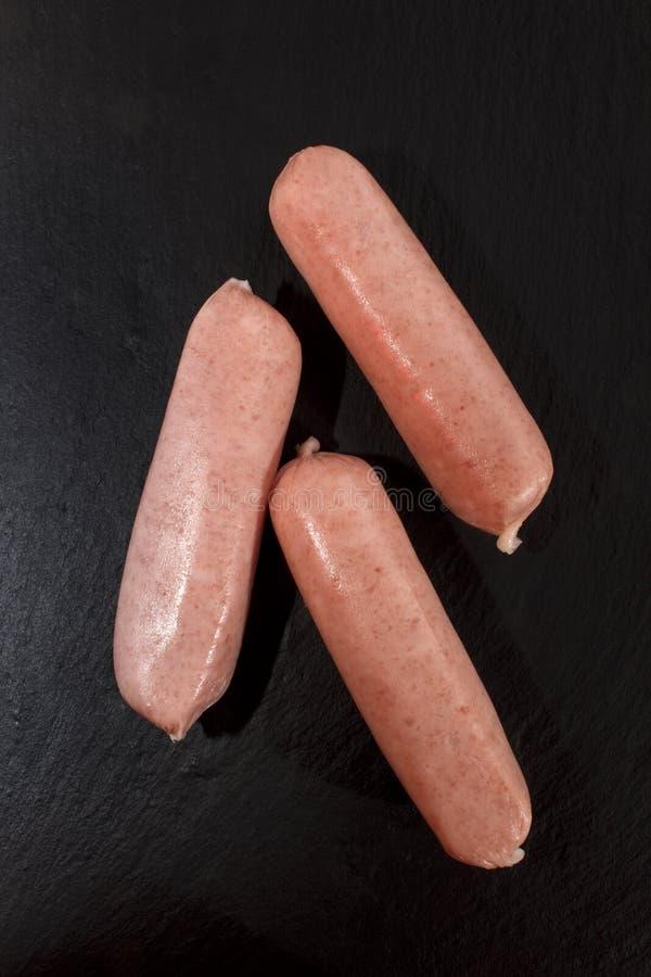 La maison fraîche a fait les saucisses britanniques sur l'ardoise photo stock