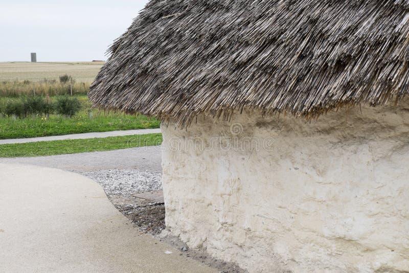 La maison néolithique d'exposition chez Stonehenge, Salisbury, WILTSHIRE, Angleterre avec le foin noisette de toit couvert de cha image stock