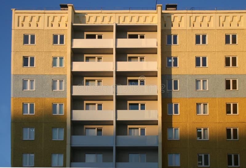 La maison neuve et à plusiers étages. images stock