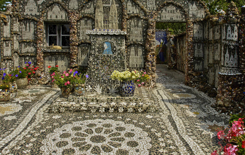La Maison Picassiette, un mosaico viejo de la loza de barro en Chartres fotos de archivo libres de regalías
