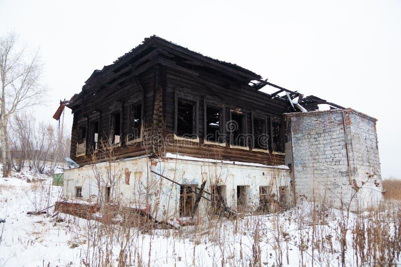 La maison qui a brûlé vers le bas pendant l'hiver images libres de droits