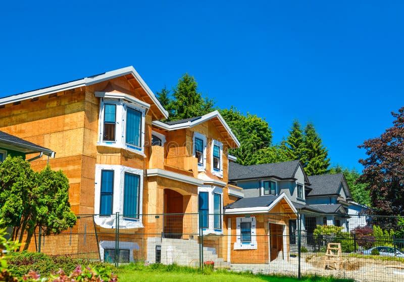 La maison résidentielle toute neuve est en construction images libres de droits
