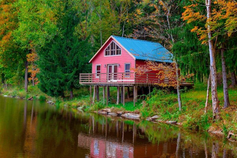 La maison scénique de paysage par le lac image stock