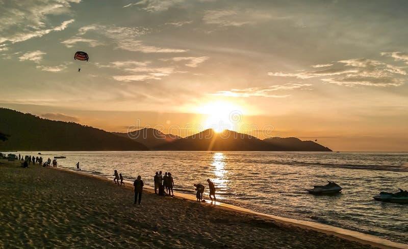 La Malaisie - coucher du soleil sur la plage de bora de bora photos stock