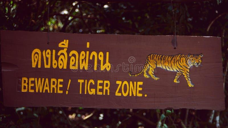 La Malesia: Guardi da delle tigri firmano nella foresta pluviale del Nord fotografie stock libere da diritti