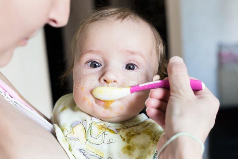 La mamá alimenta al bebé fotos de archivo libres de regalías