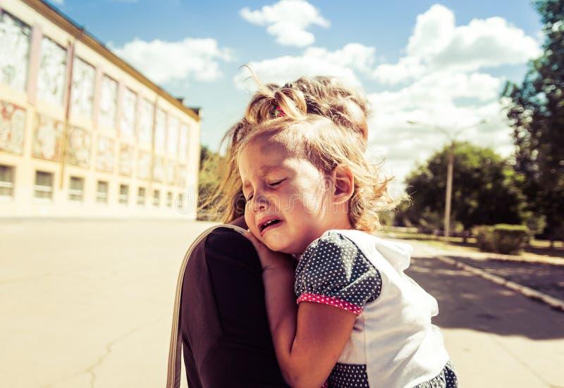 La mamá calma al bebé el bebé está llorando imagen de archivo libre de regalías