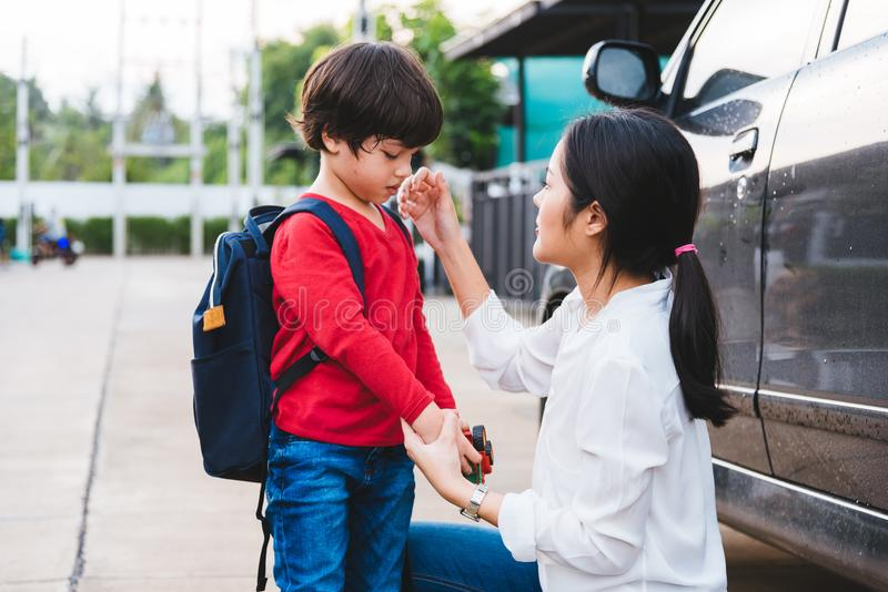 La mamá feliz de la madre de la familia envía los niños la guardería t del muchacho del hijo del niño fotografía de archivo