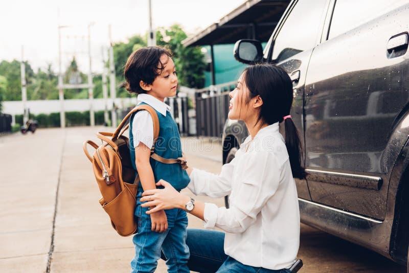 La mamá feliz de la madre de la familia envía los niños la guardería t del muchacho del hijo del niño imágenes de archivo libres de regalías