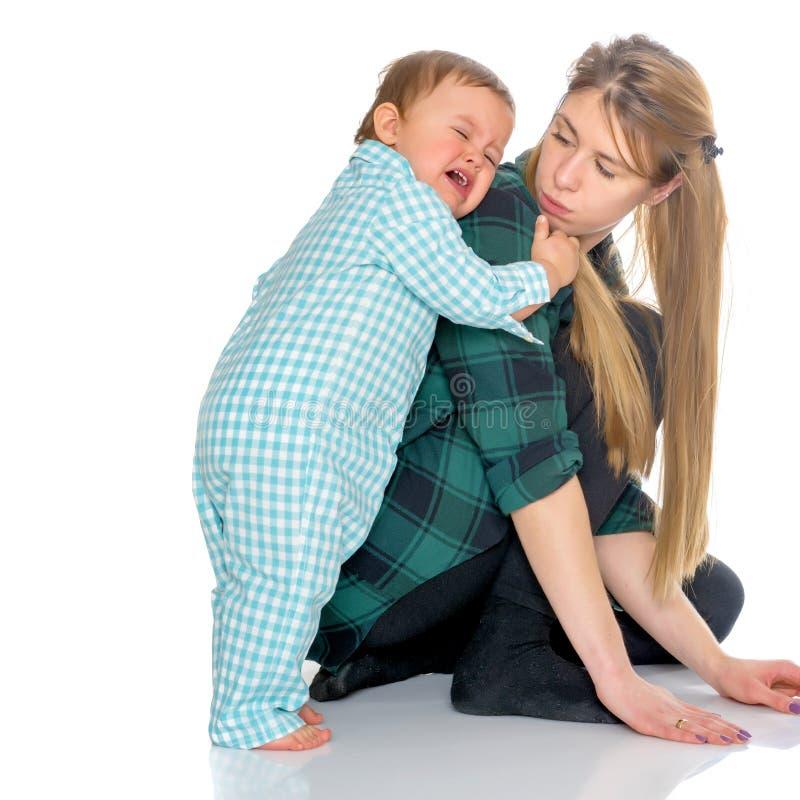 La mamá guarda en los hombros del bebé fotografía de archivo