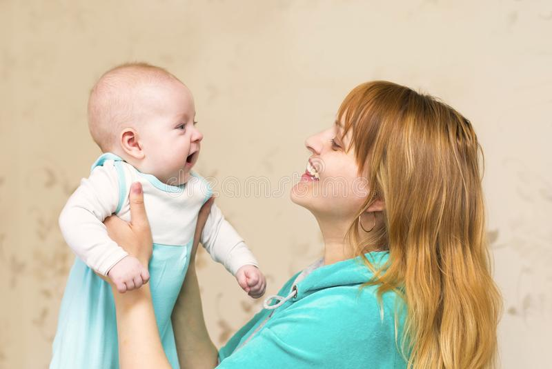 La mamá juega y comunica con su niño imagen de archivo
