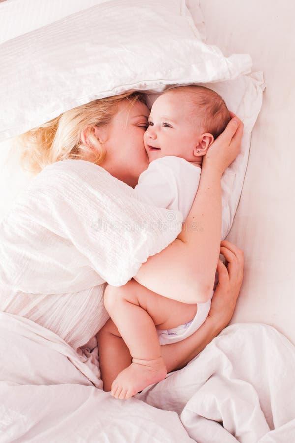 La mamá y el bebé disfrutan de mañana foto de archivo libre de regalías