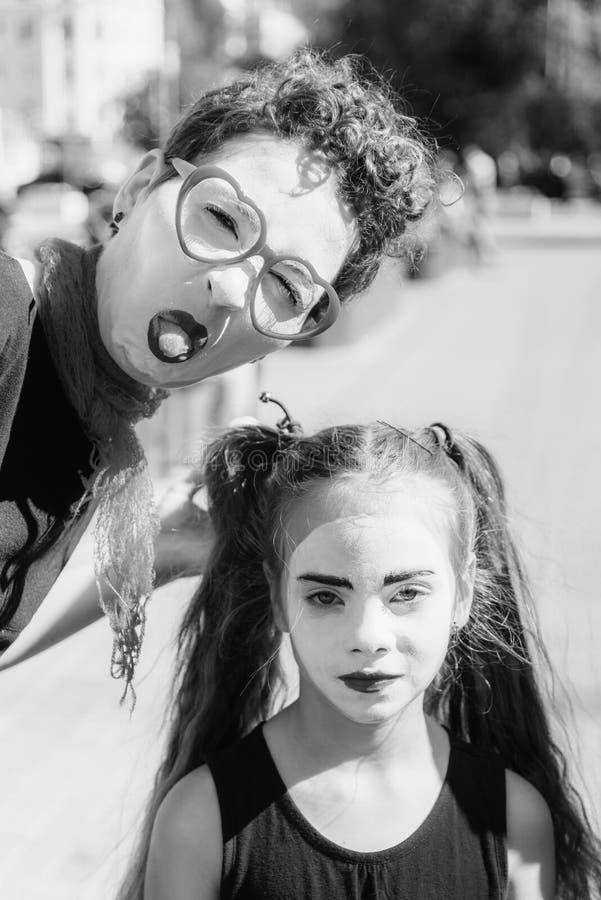 La mamá y la hija imitan se fotografían en la ciudad imagenes de archivo